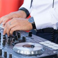 dj-pinchando-en-su-mesa-de-audio
