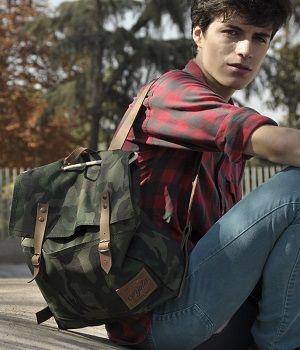 hipster con mochila