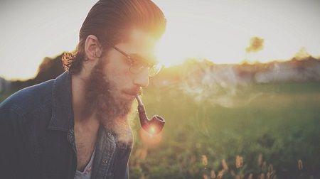 hipster-con-barba-fumando-pipa