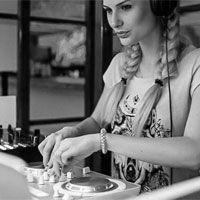 mujer-dj-pinchando