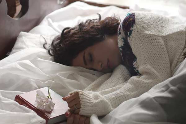 que le lado es mejor dormir para descansar