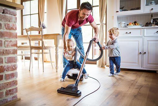 familia usando una aspiradora para el hogar