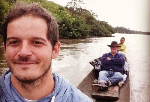 Este soy yo sobre una chalupa atravesando el amazonas