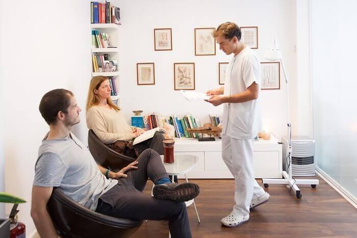 Manuel con pacientes en su consulta de osteopatia