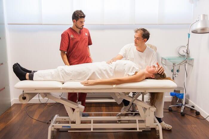 Manuel tratando a una paciente en su consulta