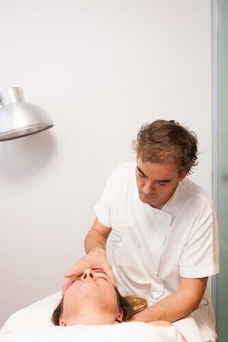 Terapia Sacrocaeal realizado por un osteopata