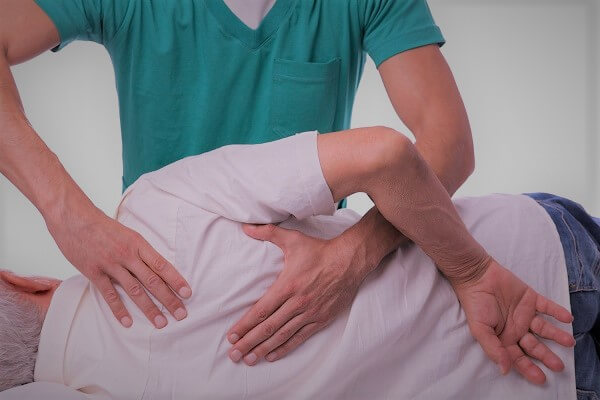 Fisioterapeuta practicando tecnica