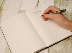 Manos bonitas escribiendo