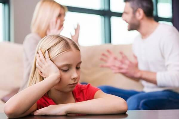 Divorcio con hijos mujer y hombre discutiendo con su hija pequena