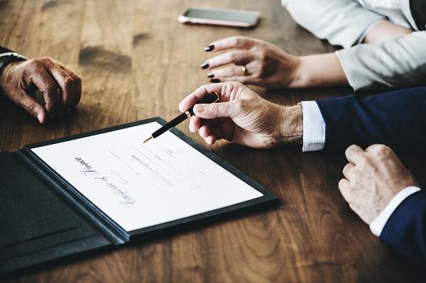 Pareja firmando un divorcio con un abogado especializado en matrimonios