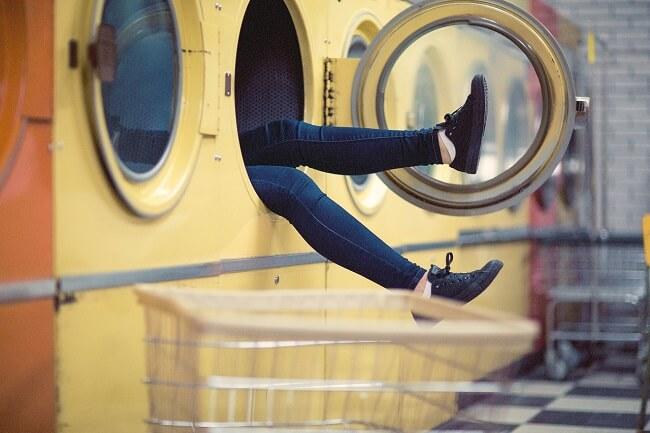 Portada de mejores lavadoras de carga frontal y superior del mercado mujer dentro de lavadora