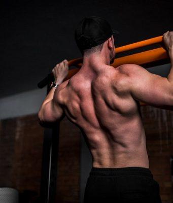 Fortalecer la espalda con las dominadas es facil si tienes una barra en casa